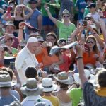 Papa encontra coroinhas de 18 países e responde perguntas