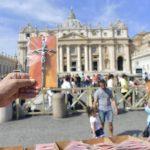 Papa presenteia os fiéis na Praça S. Pedro com um crucifixo