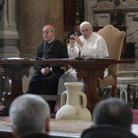 Papa encontra clero de Roma: pedir perdão aos irmãos, com coragem e humildade, diz Dom Angelo